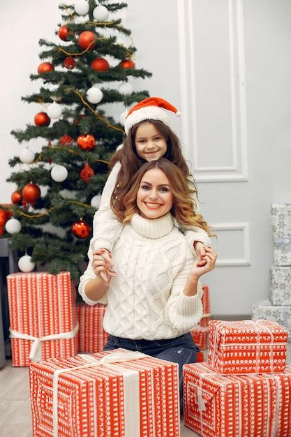 Matka Z śliczną Córką W Boże Narodzenie Dekoracjach Darmowe Zdjęcia