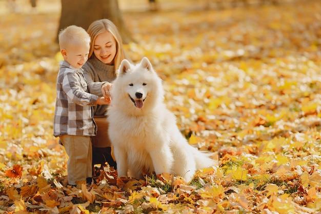 Matka Z Synek Siedzi W Polu Jesienią Darmowe Zdjęcia