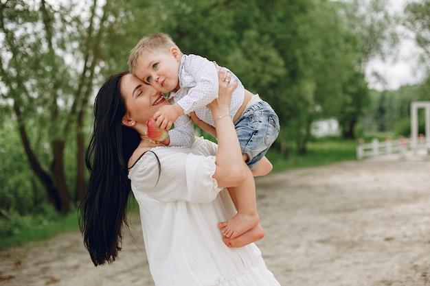 Matka Z Synem Bawić Się W Lato Parku Darmowe Zdjęcia