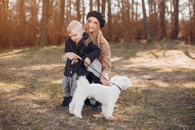 Matka Z Synem Bawić Się W Parku Darmowe Zdjęcia