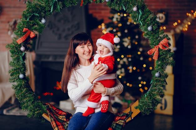 Matka z synem siedzi w domu Darmowe Zdjęcia