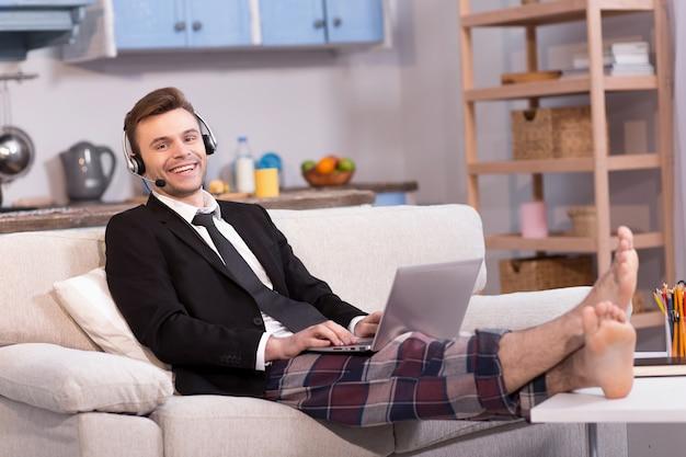 Mąż Pracuje Na Freelance Uśmiechnięty Patrzeć W Kamerze. Premium Zdjęcia
