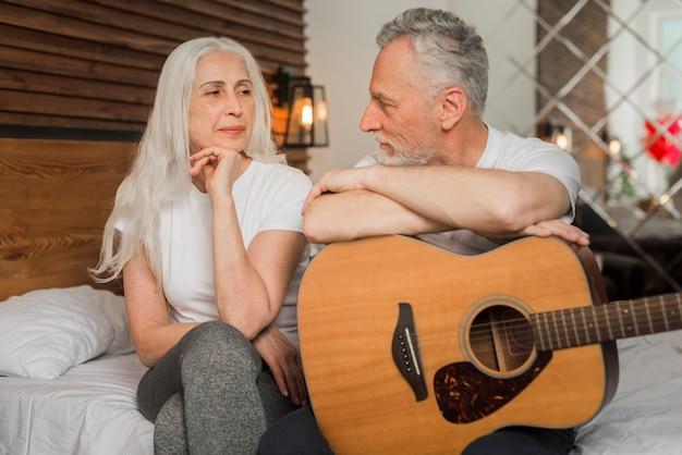 Mąż śpiewa W Quitar Dla Swojej żony Darmowe Zdjęcia