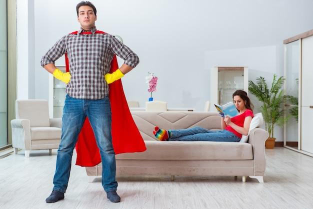 Mąż superbohatera pomaga żonie w domu Premium Zdjęcia