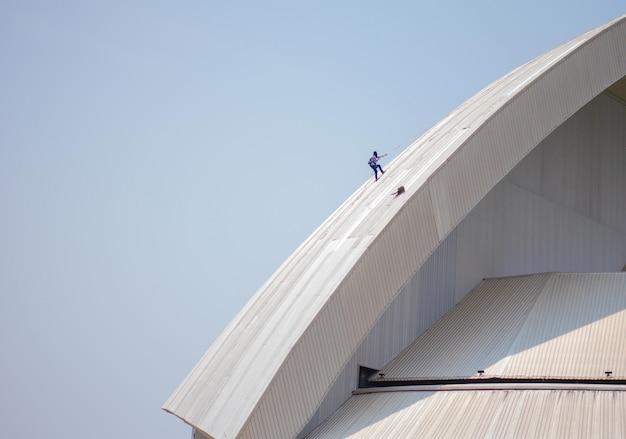 Mechanik dachu sprawdzający uszkodzony dach Premium Zdjęcia