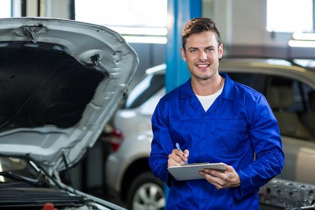 Mechanik Przygotowuje Listę Wyboru Darmowe Zdjęcia