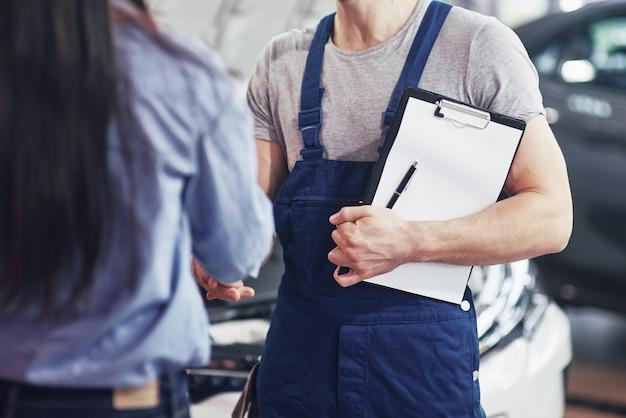 Mechanik Samochodowy Mąż I Klient Kobieta Zawarli Umowę Na Naprawę Samochodu Darmowe Zdjęcia