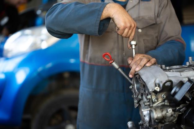 Mechanik Samochodowy Naprawia Silnik Spalinowy Premium Zdjęcia