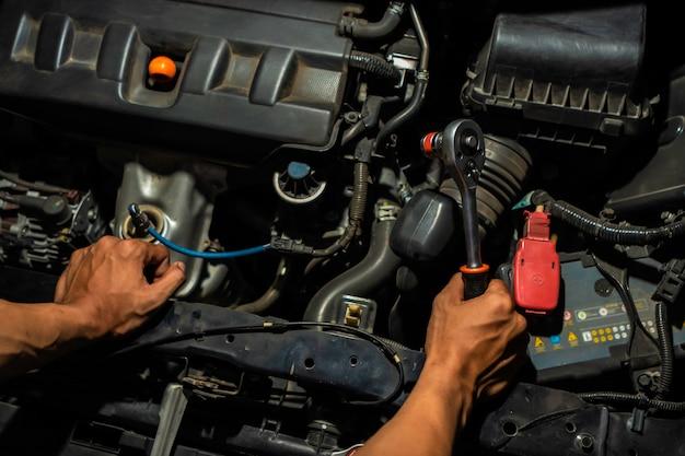 Mechanik Samochodowy, Patrząc Na Silnik W Garażu. Serwis Naprawa Silnika Samochodu. Premium Zdjęcia