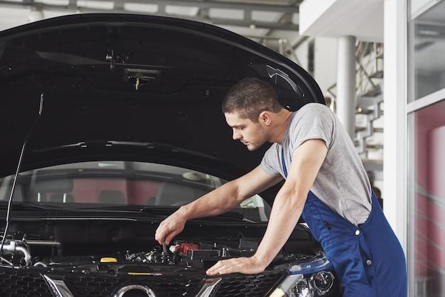 Mechanik Samochodowy Pracujący W Garażu. Serwis Naprawczy. Darmowe Zdjęcia