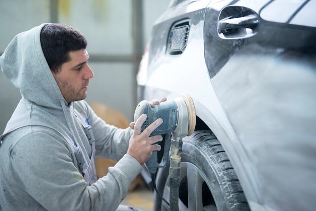 Mechanik Samochodowy Szlifujący Karoserię Z Maszyną Przygotowującą Pojazd Do Malowania Darmowe Zdjęcia
