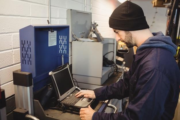 Mechanik Za Pomocą Laptopa Darmowe Zdjęcia