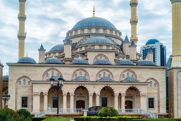 Meczet Achmada Kadyrowa W Pochmurny Dzień W Groznym, Czeczenia, Rosja Premium Zdjęcia