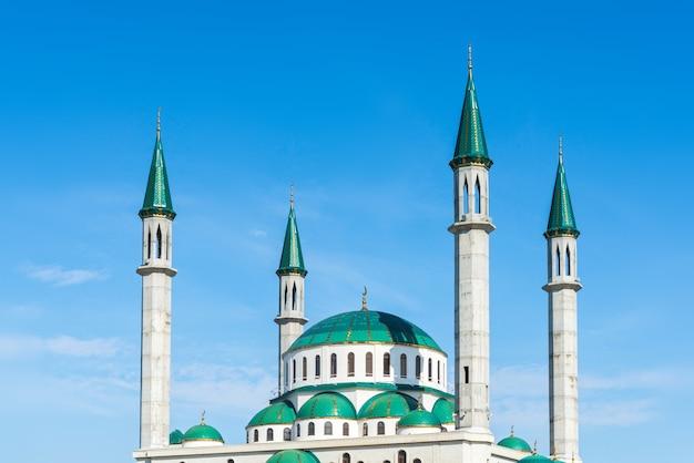 Meczet Katedralny W Słoneczny Dzień W Cherkessk Premium Zdjęcia