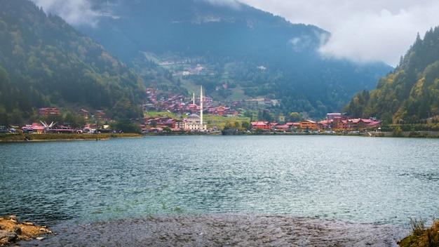 Meczet Na Halnym Jeziornym Uzungol, Trabzon, Turcja Premium Zdjęcia