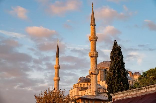 Meczet Sultan Ahmed Lub Sultan Ahmet Camii, Znany Również Jako Błękitny Meczet Z Błękitnym Niebem Premium Zdjęcia
