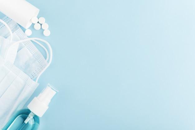Medyczna Maska Ochronna, Antyseptyczne I Rozproszone Tabletki Antywirusowe Na Tle. Covid-19 I Kwarantanna. Premium Zdjęcia