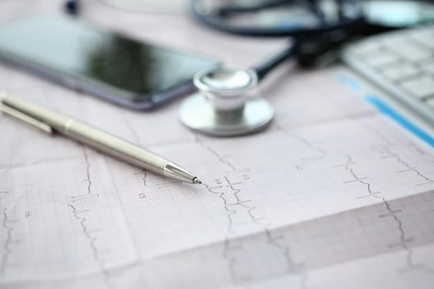Medyczna Stetoskop Głowa I Czerwieni Zabawkarski Serce Premium Zdjęcia