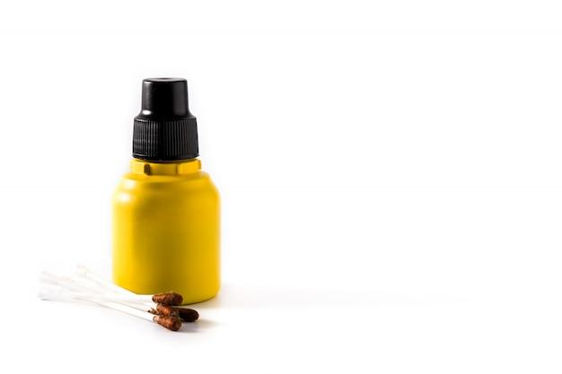 Medyczny jod w butelce i gazach na bielu Premium Zdjęcia