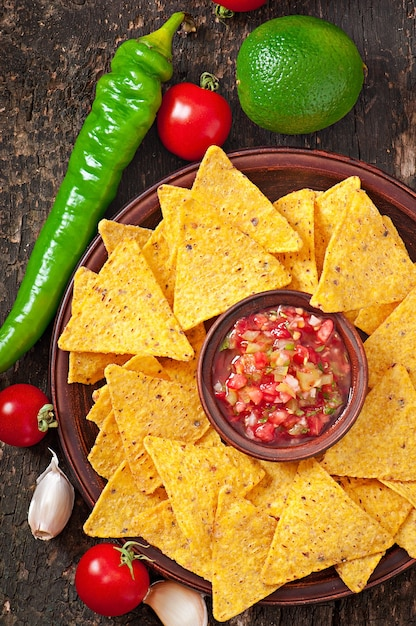 Meksykańskie Chipsy Nacho I Salsa Zanurzone W Misce Na Drewnianym Darmowe Zdjęcia