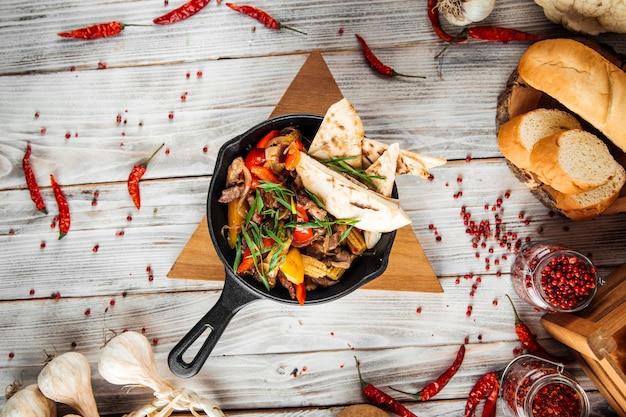 Meksykańskie Danie Fajitos Z Warzywami Wołowymi I Pita Premium Zdjęcia