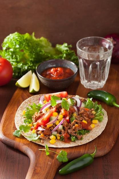 Meksykańskie Taco Z Wołową Pomidorową Salsą Kukurydzianą Premium Zdjęcia