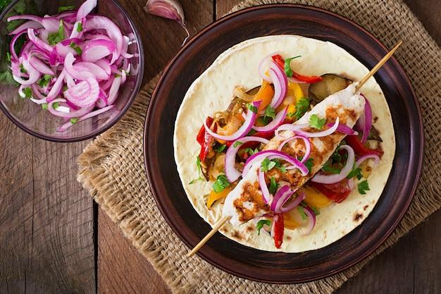 Meksykańskie Tacos Z Kurczakiem, Grillowanymi Warzywami I Czerwoną Cebulą. Premium Zdjęcia