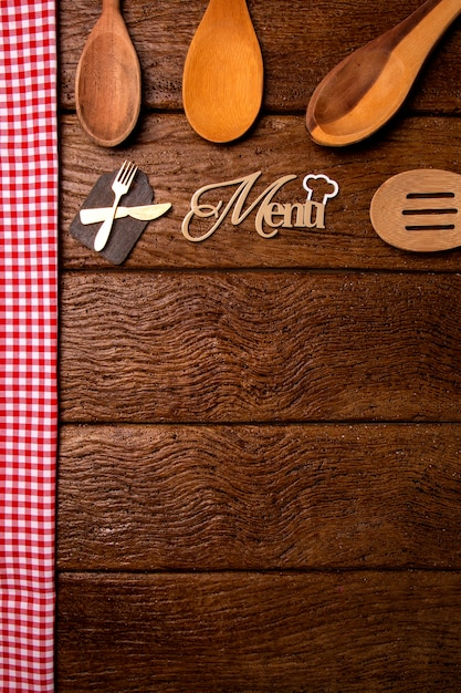 Menu Restauracji. Widok Z Góry Menu Woodboard Na Rustykalne Drewniane Biurko Z Akcesoriami. Premium Zdjęcia