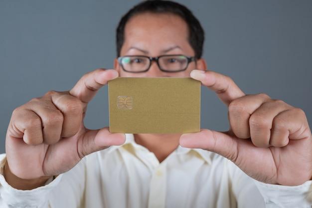 Męscy biznesmeni trzyma banknoty, gotówka robi gestom z języka migowego Darmowe Zdjęcia