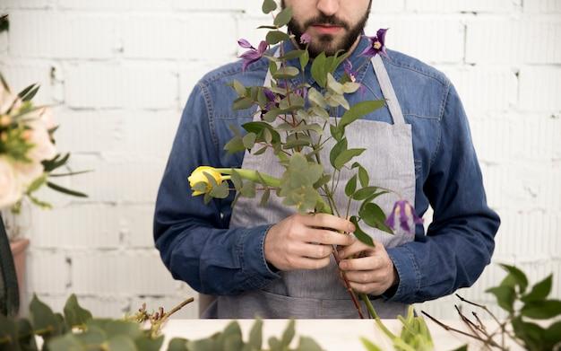 Męska Kwiaciarnia Układa Gałązki I Kwiatu Dla Robić Bukietowi Darmowe Zdjęcia