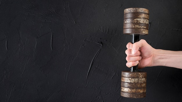 Męska Ręka Trzyma Kruszcowego Dumbbell Darmowe Zdjęcia