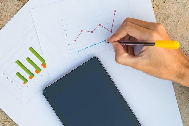 Męska ręka z mapą biznesowy dokument z cyfrową pastylką Premium Zdjęcia
