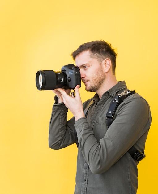 Męski Fotograf Bierze Obrazek Z Kamerą Darmowe Zdjęcia