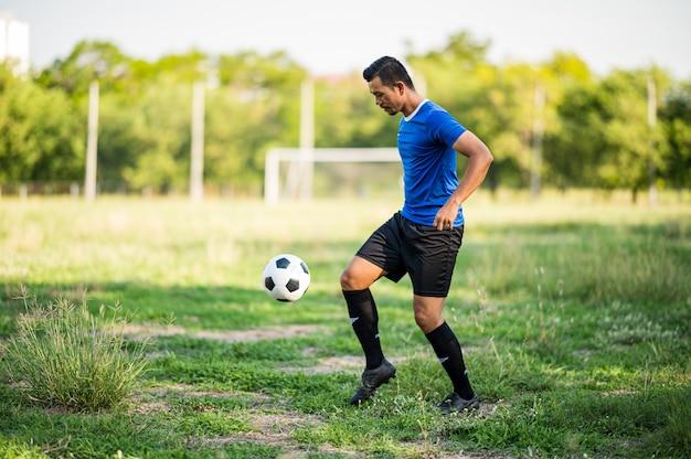 Męski Gracz Futbolu ćwiczy Futbol Na Gazonie Premium Zdjęcia