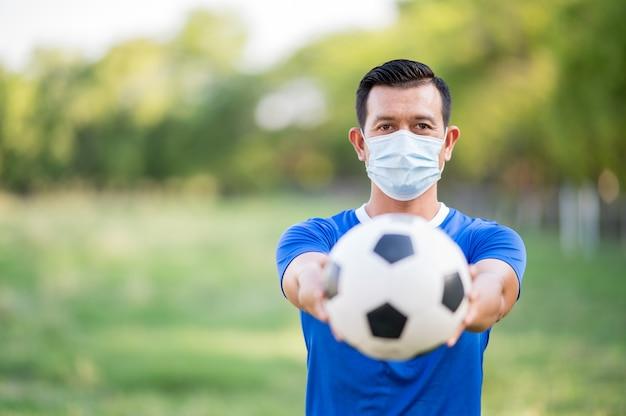 Męski Gracz Futbolu W Medycznej Masce Premium Zdjęcia
