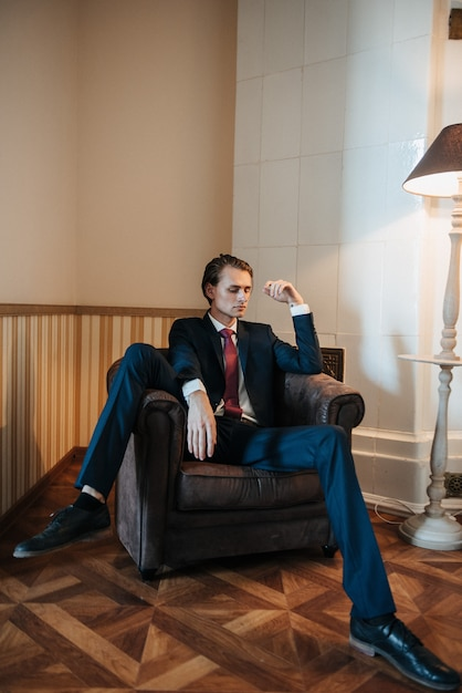 Męski Model W Czarnym Garniturze I Czerwonym Krawacie Do Reklam Odzieży Męskiej. Strzelanie Do Sklepu Z Odzieżą Męską Premium Zdjęcia