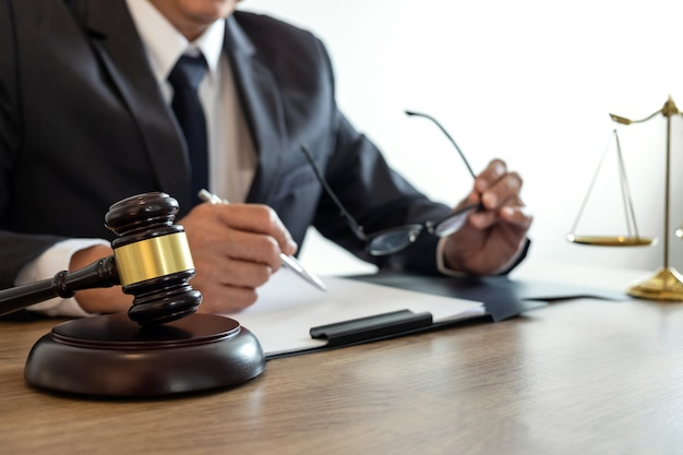 Męski Prawnik Lub Notariusz Pracujący Nad Dokumentami I Raportem Z Ważnej Sprawy W Kancelarii Prawnej Premium Zdjęcia