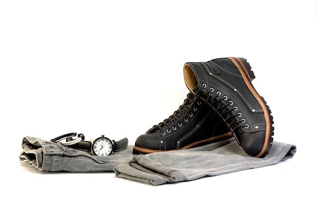 Męskie czarne buty z szarymi dżinsami i zegarkiem odizolowywającymi na białym tle. Premium Zdjęcia