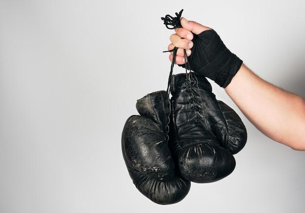 Męskie Ramię Owinięte W Czarny Elastyczny Sportowy Bandaż Trzyma Stare Skórzane Rękawice Bokserskie W Stylu Vintage Premium Zdjęcia