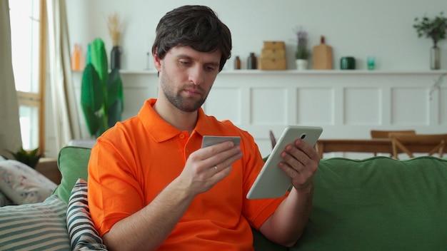 Męskie Ręce Trzymają Tablet, Facet Siedzi W Pokoju Z Tabletem, Spędza Wolny Czas Na Rozmowach Online, Przeglądaniu Stron Internetowych Premium Zdjęcia