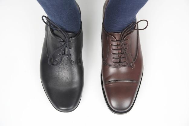 Męskie Stopy W Klasycznych Brązowo-czarnych Butach Premium Zdjęcia