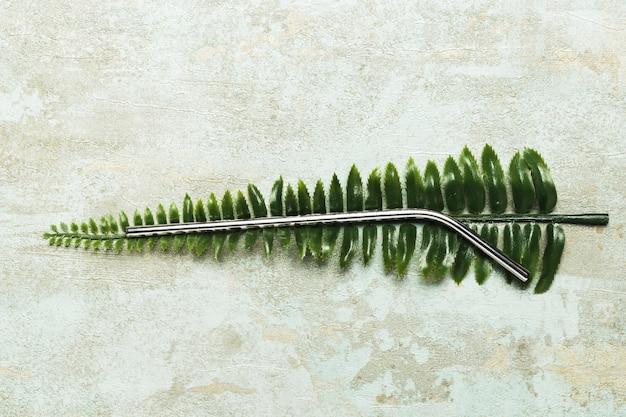 Metaliczna słoma na sztucznym liściu Darmowe Zdjęcia