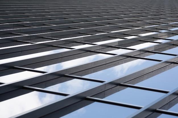 Metalowe dźwigary łączące szklane panele ściany Premium Zdjęcia
