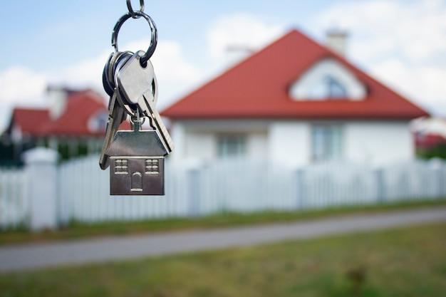 Metalowe Klucze Do Nowego Domu Na Budynkach Mieszkalnych. Premium Zdjęcia