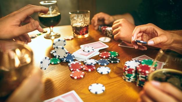Mężczyzn I Kobiet Gra W Karty. Koncepcja Pokera, Wieczornej Rozrywki I Emocji Darmowe Zdjęcia