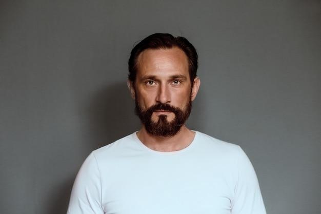 Mężczyzna Aktor Na Szarym Tle W Studiu. Premium Zdjęcia