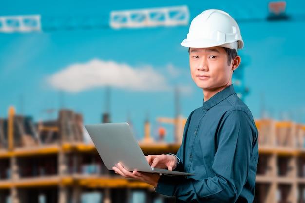 Mężczyzna azjatykci inżynier z laptopem Premium Zdjęcia
