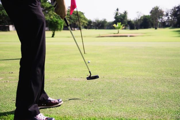 Mężczyzna bawić się plenerową golfową sport aktywność - ludzie w golfa sporta pojęciu Darmowe Zdjęcia