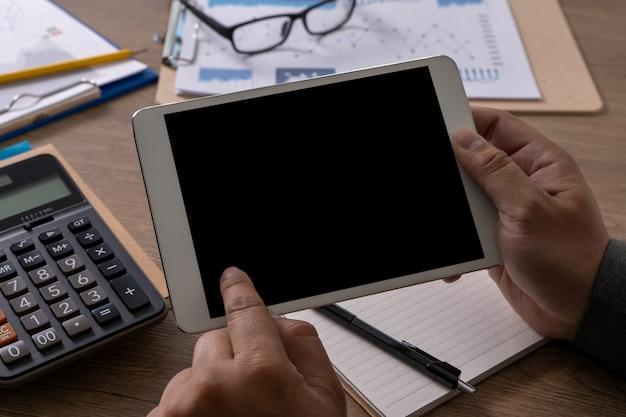 Mężczyzna Biznesowych Laptopa Człowiek Ręcznie Pracy Na Komputerze Przenośnym Na Drewnianym Biurku Laptop Z Pustego Ekranu Na Ekranie Komputera Tabeli Premium Zdjęcia