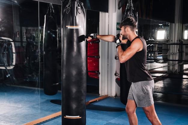 Mężczyzna boks w gym Darmowe Zdjęcia